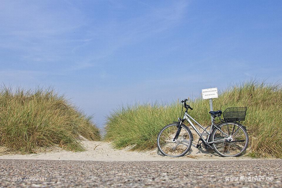 Fahrrad an einem Zugang zu einem Strandabschnitt an der Ostsee // Foto: MeerART