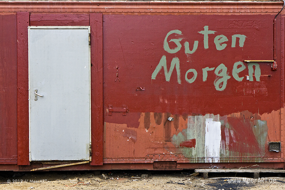 """Die Vorderseite von einem alten Baucontainer mit der Aufschrift """"Guten Morgen"""" // Foto: MeerART"""