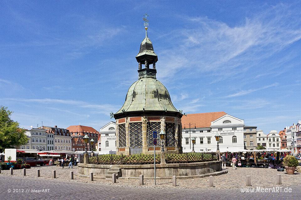 Marktplatz der Hansestadt Wismar mit dem Pavillon Wasserkunst // Foto: MeerART