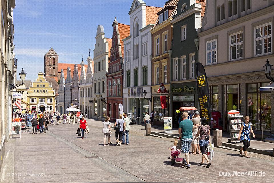 Geschäftshäuser in einer Einkaufsstrasse in der Altstadt von Wismar // Foto: MeerART