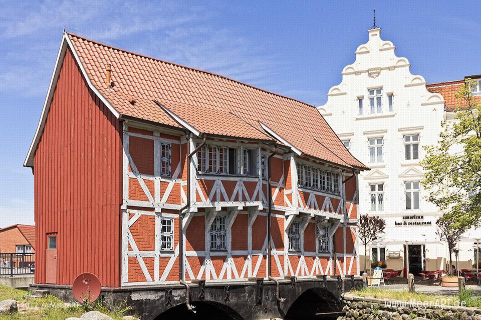 """Das Fachwerkhaus """"Gewölbe"""" am kleinen Fluss Frische Grube in Wismar // Foto: MeerART"""
