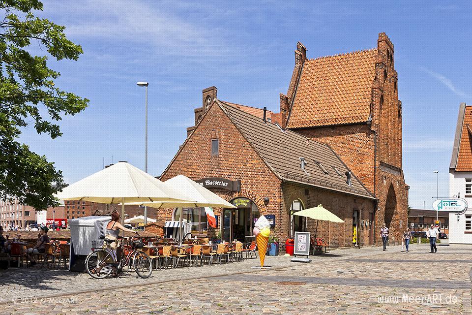 Ein Eiscafé am Wassertor beim alten Hafen von Wismar // Foto: MeerART