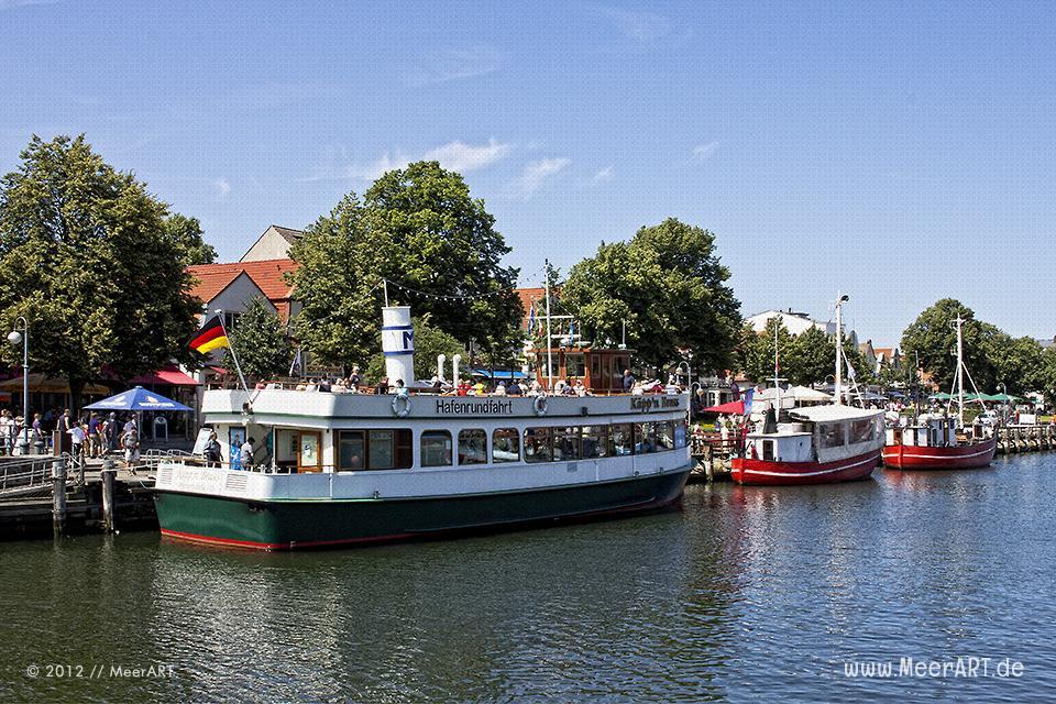 Ausflugsboot und Fischkutter liegen im Hafen von Warnemünde // Foto: MeerART