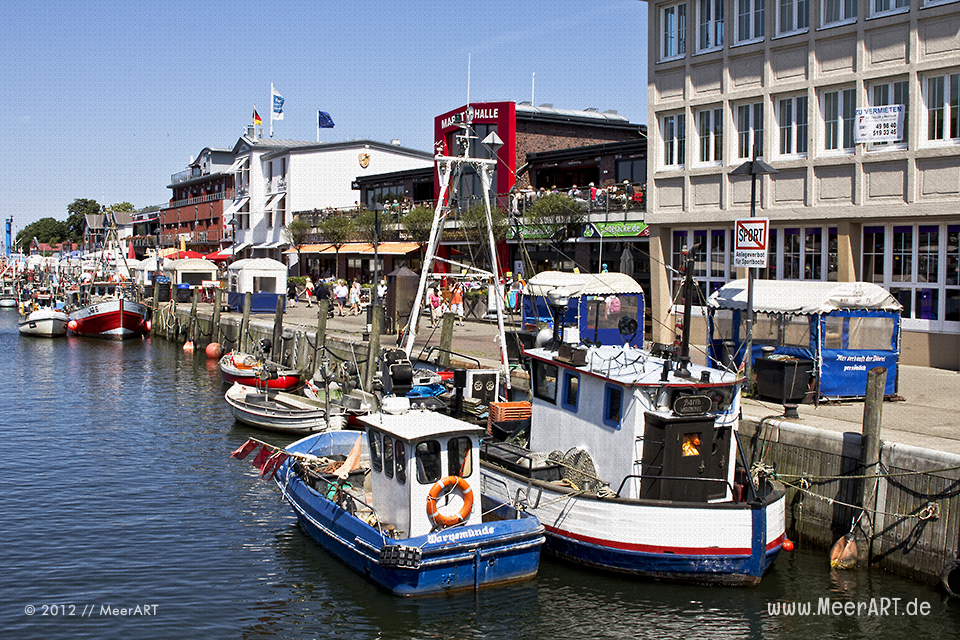 Fischkutter am Anleger im Hafen von Warnemünde // Foto: MeerART