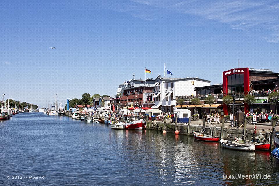 Fischerboote liegen im Hafen von Warnemünde // Foto: MeerART
