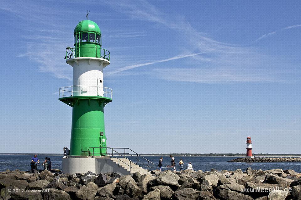 Die beiden Leuchttürme auf den Molen vor dem Hafen von Warnemünde // Foto: MeerART