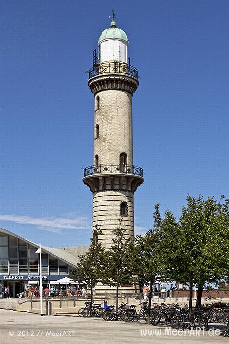Der historische Leuchtturm und Teepott in Warnemünde // Foto: MeerART