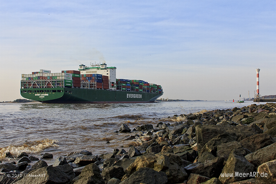"""Das Containerschiff """"Ever Leading"""" verlässt den Hamburger Hafen // Foto: MeerART"""