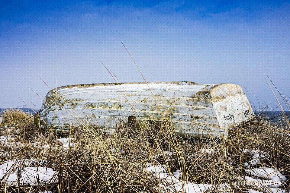 Ein altes Ruderboot am Strand an der Ostsee // Foto: MeerART