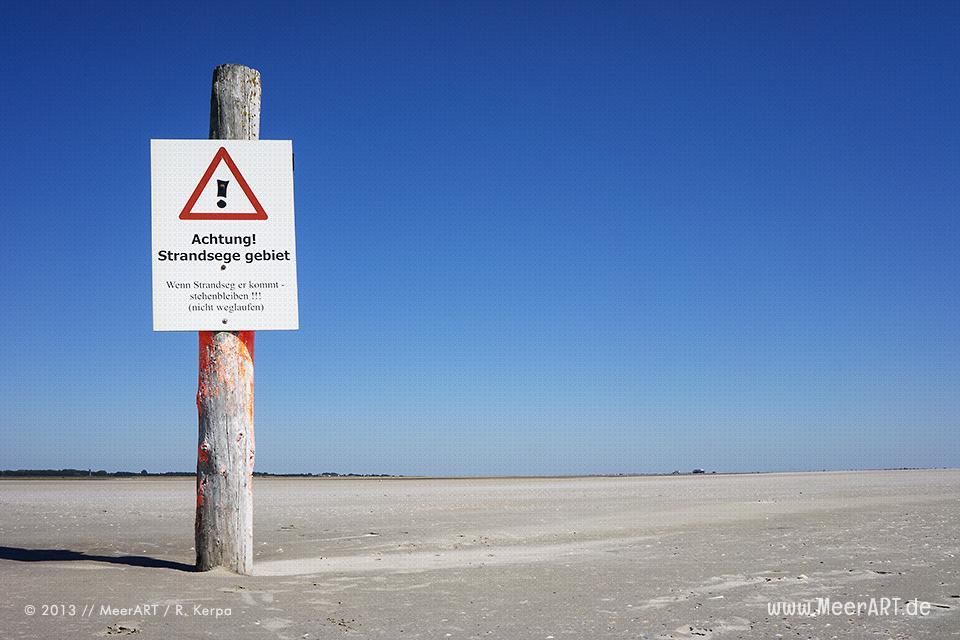 Warnschild in einem Strandsegelgebiet auf einer Sandbank im Watt vor St. Peter-Ording // Foto: R. Kerpa