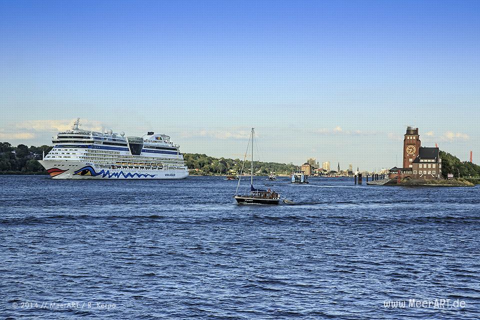"""Das Kreuzfahrtschiff """"AIDAluna"""" beim Auslaufen aus dem Hamburger Hafen // Foto: R. Kerpa"""