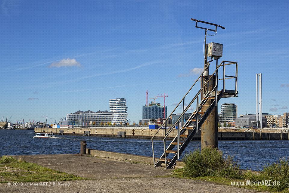 Blick die entstehenden HafenCity und die Elbphilharmonie vom Baakenhafen aus // Foto: R. Kerpa