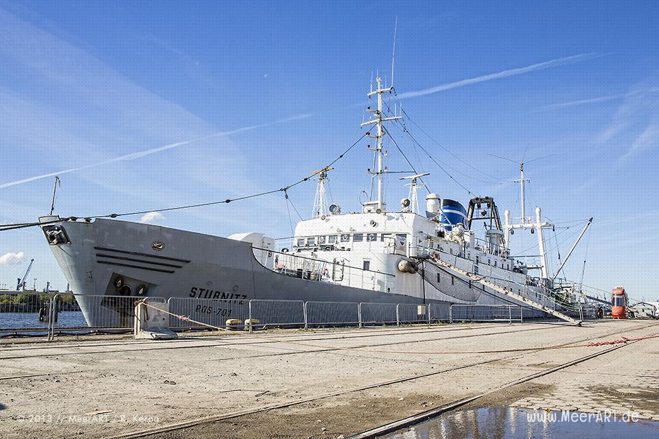 """Das Veranstaltungsschiff """"MS Stubnitz"""" an dem Kaimauern im Baakenhafen in Hamburg // Foto: R. Kerpa"""