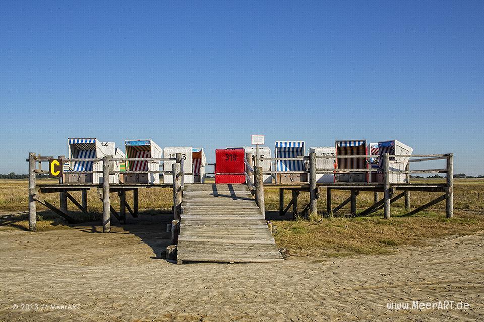 Eine Holzplattform mit Strandkörben an einem Strandabschnitt an der Nordsee in St. Peter-Ording // Foto: MeerART