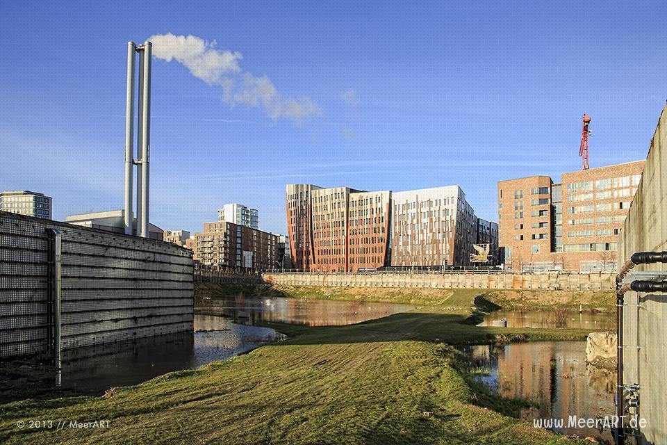Wohn- und Geschäftsgebäude an der Überseeallee in der HafenCity von Hamburg // Foto: MeerART