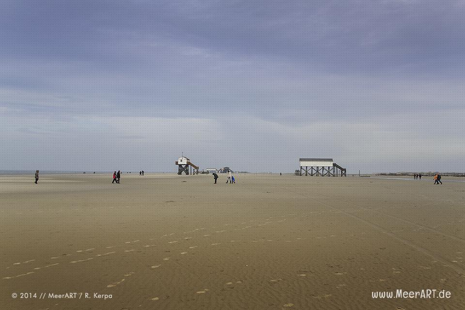 Touristen genießen einen milden Wintertag am Strand von St. Peter-Ording // Foto: R. Kerpa