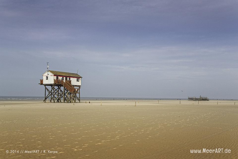 Pfahlhaus am Strand an der Nordsee in St. Peter-Ordin // Foto: R. Kerpa