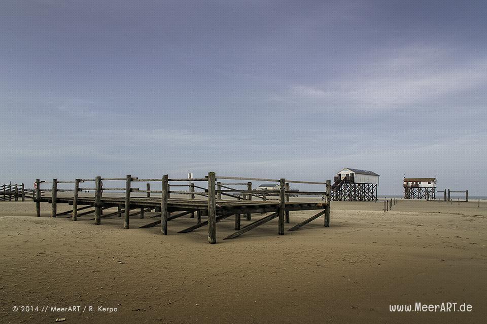 Plattformen und Pfahlhäuser am Strand