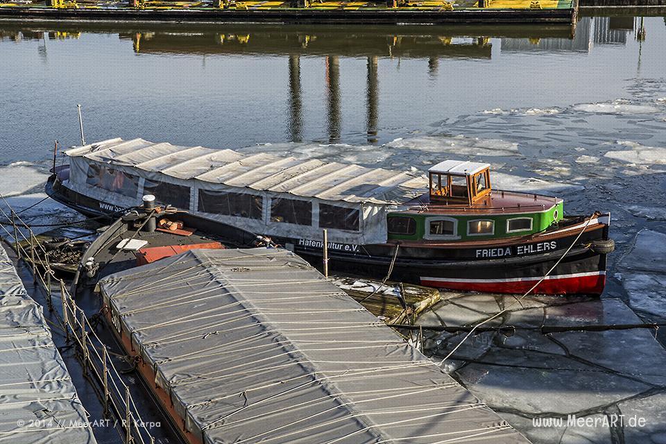 """Die Motorbarkasse """"FRIEDA EHLERS"""" im Hansahafen // Foto: R. Kerpa"""