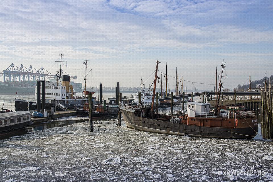 Traditionsschiffe im Winter 2014 auf ihrem Liegeplatz im Museumshafen von Oevelgönne in Hamburg // Foto: R. Kerpa