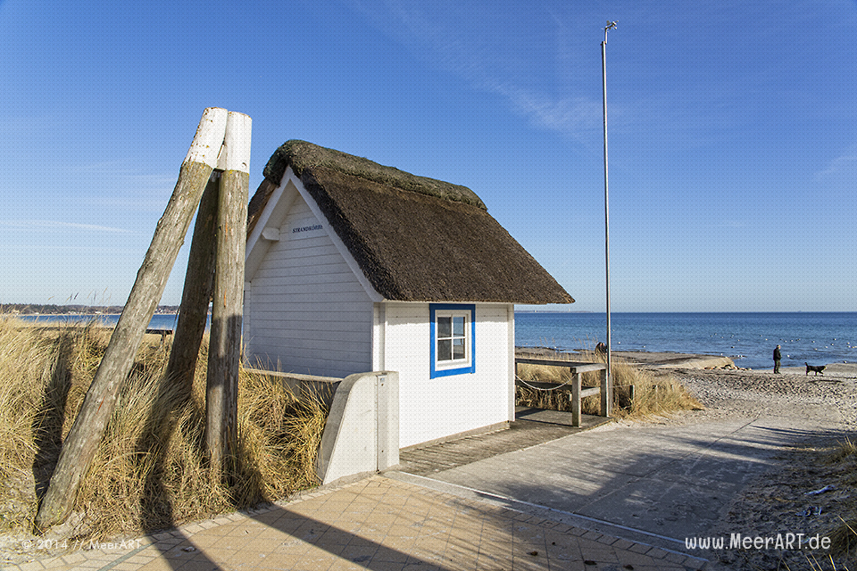 Ein mit Reet gedecktes Häuschen der Strandkorbvermietung am Strand von Scharbeutz // Foto: MeerART