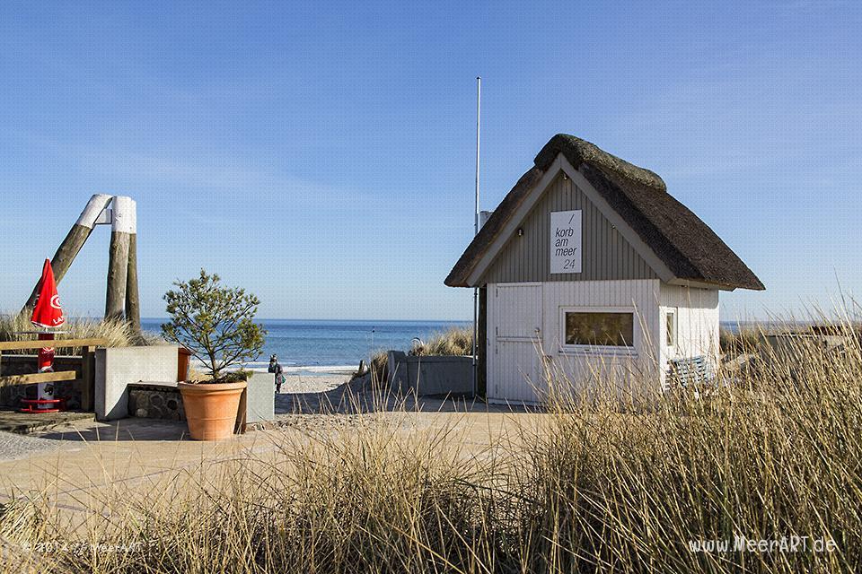 Ein mit Reet gedecktes Häuschen der Strandkorbvermietung am Strand von Scharbeutz // Foot: MeerART