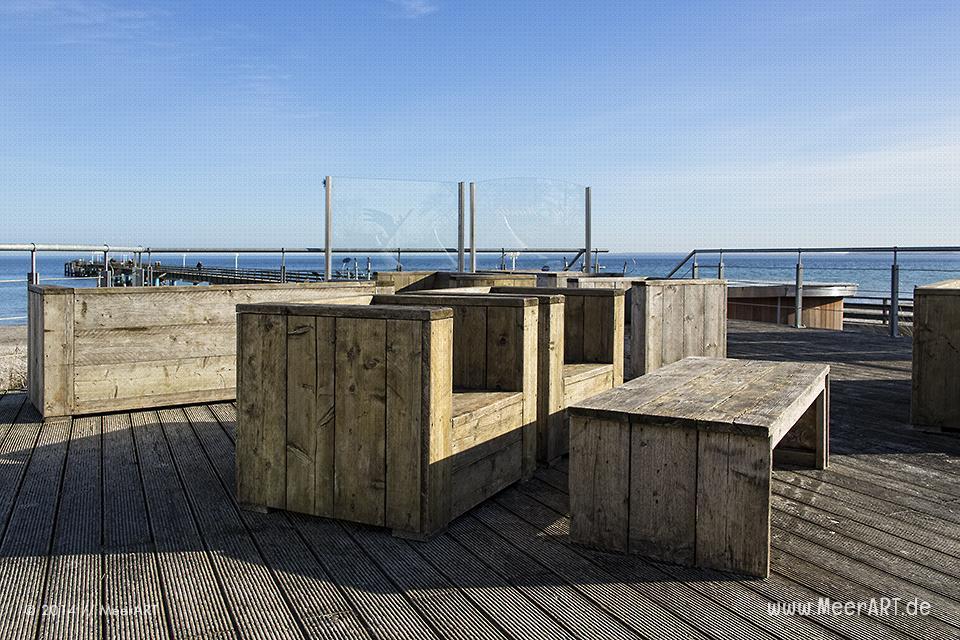 Eine leer Terrasse auf einer Strandpromenade an der Ostseeküste bei Scharbeutz // Foto: MeerART