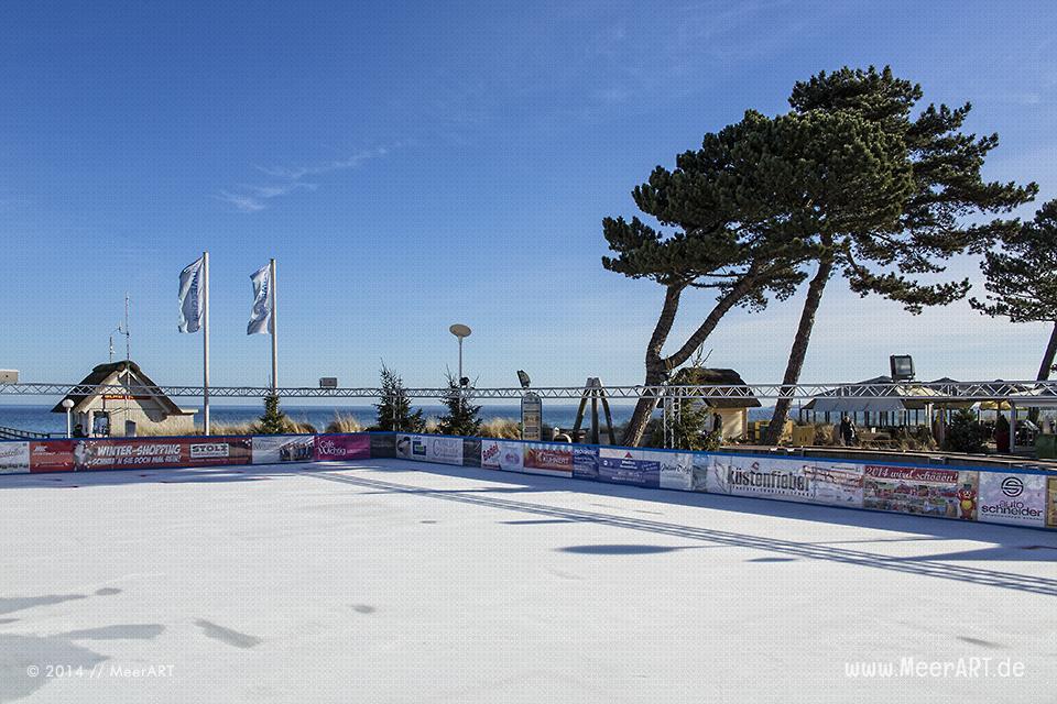 Eisbahn mit Verkaufszelten auf der Promenade direkt am Strand in Scharbeutz // Foto: MeerART