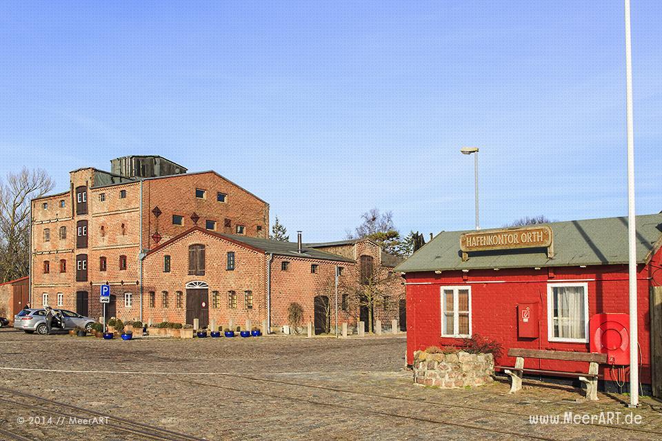 Das historische Hafenkontor und ein altes Speicher- bzw. Lagergebäude im Hafen von Orth // Foto: MeerART