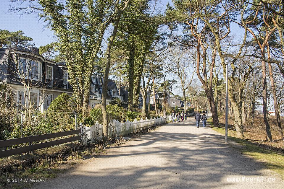 Strandpromenade mit Wohn- und Ferienhäuser in Timmendorfer Strand // Foto: MeerART