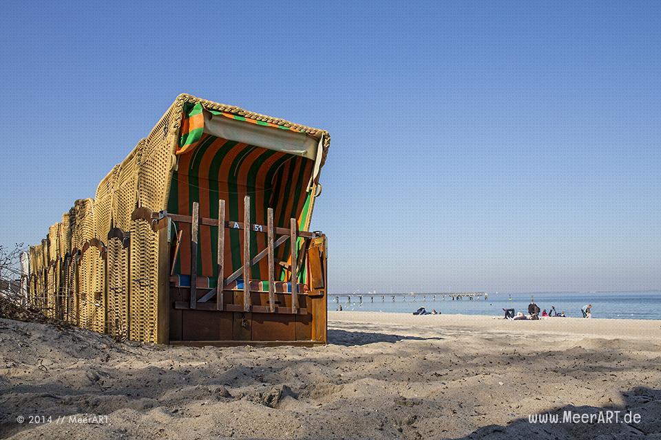Die ersten Strandkörbe stehen an einem Strandabschnitt in Timmendorfer Strand // Foto: MeerART
