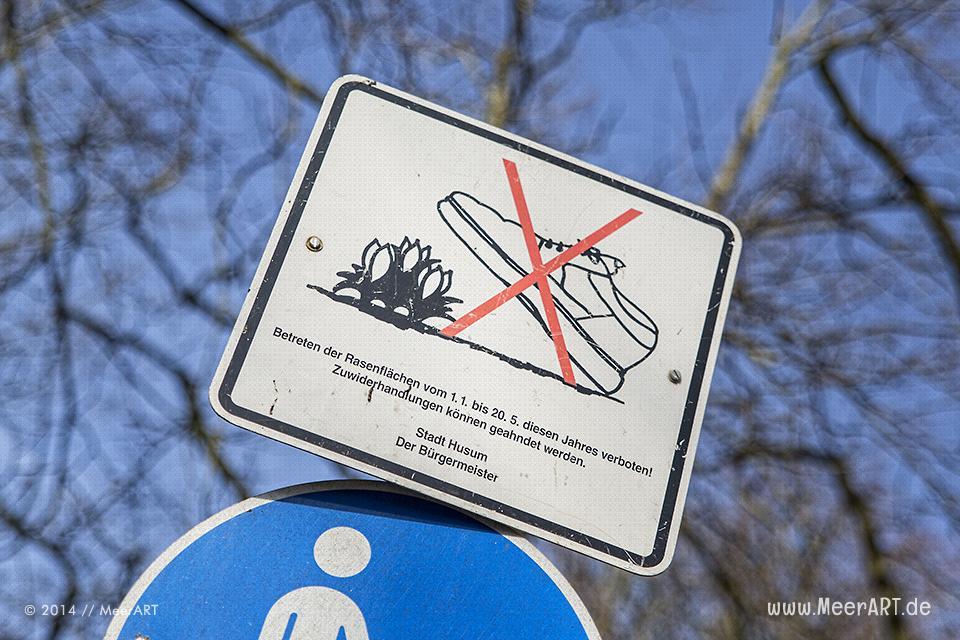Hinweisschild im Schlosspark von Husum // Foto: MeerART