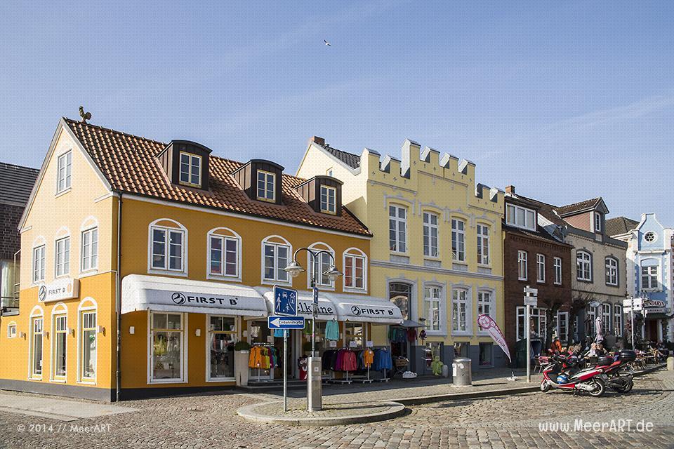Wohn- und Geschäftsgebäude am alten Hafen in Husum // Foto: MeerART