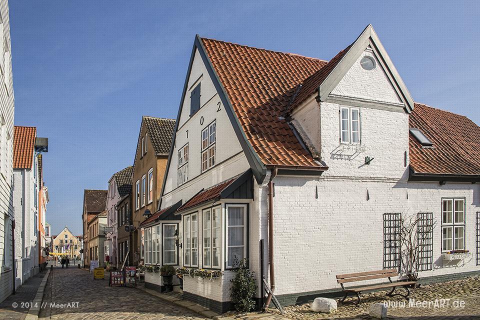 Seitengasse mit alten Wohn- und Geschäftshäusern in der Nähe vom alten Hafen in Husum // Foto: MeerART