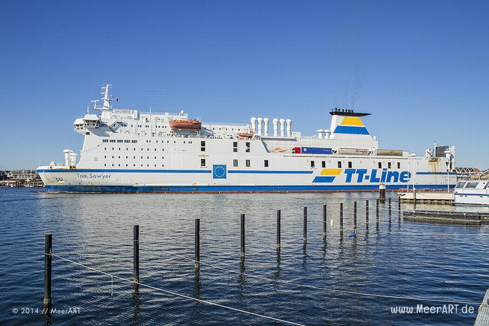 """Die Ostseefähre """"TOM SAWYER"""" der TT-Line läuft in den Hafen von Travemünde ein // Foto: MeerART"""