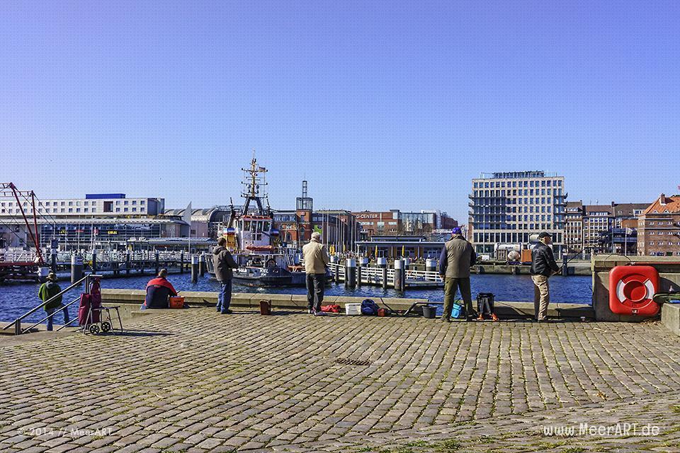Angler im Kieler Hafen // Foto: MeerART