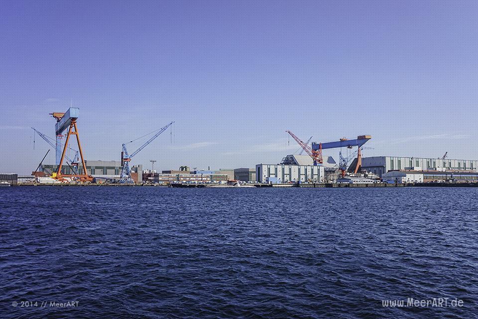 Blick auf die Werft von HDW im Hafen von Kiel // Foto: MeerART