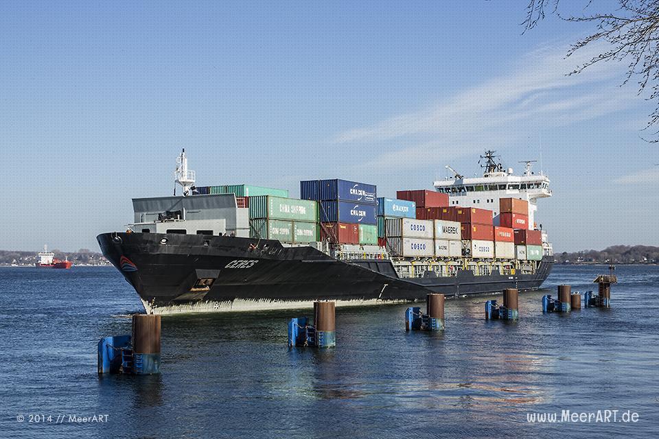 """Das Feederschiff """"CERES"""" (IMO: 9429211) fährt in den Nord-Ostsee-Kanal über die Schleuse in Kiel-Holtenau // Foto: MeerART"""