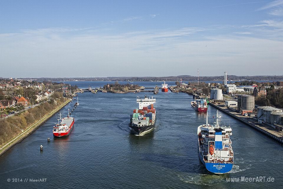 Schiffe vor der Schleuse in Kiel-Holtenau // Foto: MeerART