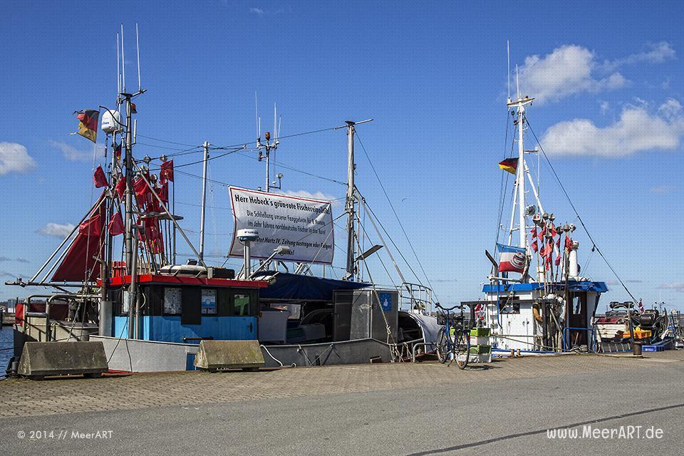 Fischkutter mit Protestplakaten gegen die rot-grüne Fischereipolitik an ihrem Liegeplatz im Hafen von Heikendorf/Möltenort // Foto: MeerART