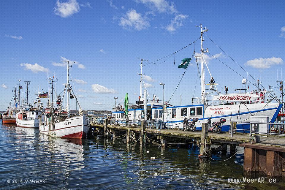 """Fischerboote und der Fischbratkutter """"Elke"""" an seinem Liegeplatz im Hafen von Heikendorf/Möltenort // Foto: MeerART"""