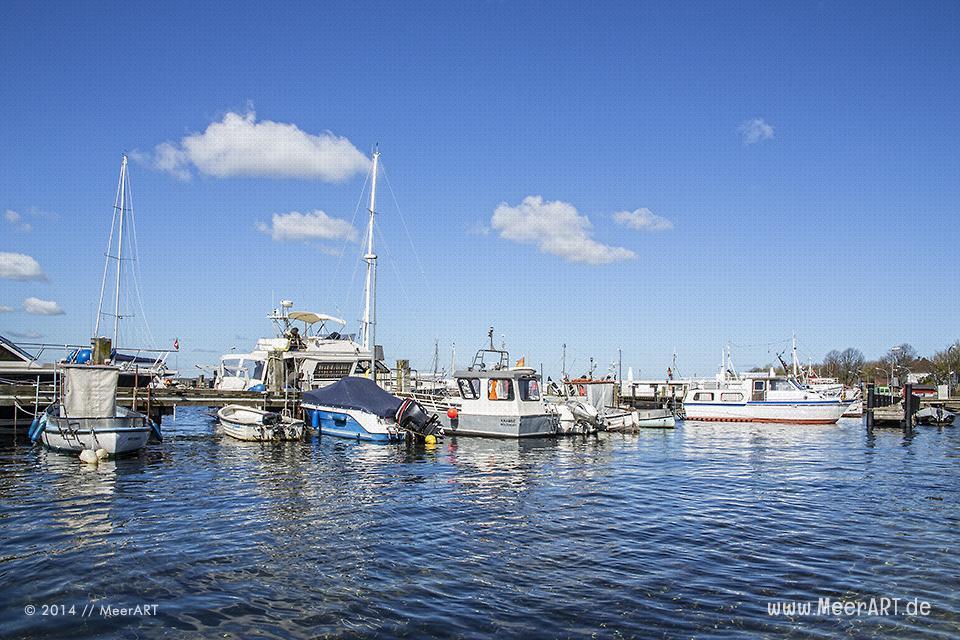 Sport- und Segelboote an ihren Liegeplätzen im Ostseehafen von Heikendorf/Möltenort // Foto: MeerART
