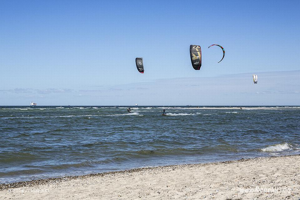 Kitesurfer auf der Ostsee in der Kieler Förde vor der Küste von Laboe // Foto: MeerART