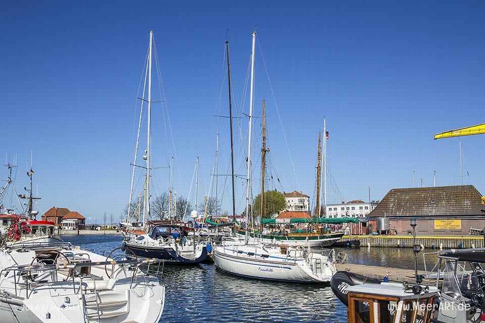 Sport- und Segelboote an ihren Liegeplätzen in der Marina von Laboe // Foto: MeerART
