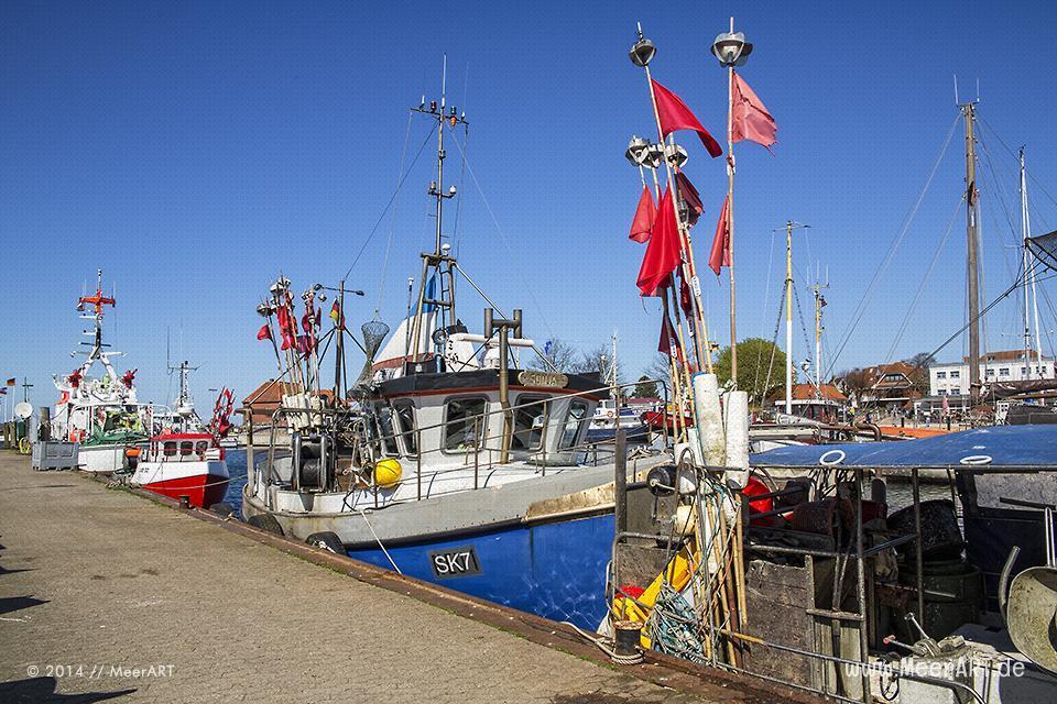 Fischkutter an ihrem Liegeplatz im Ostseehafen von Laboe // Foto: MeerART
