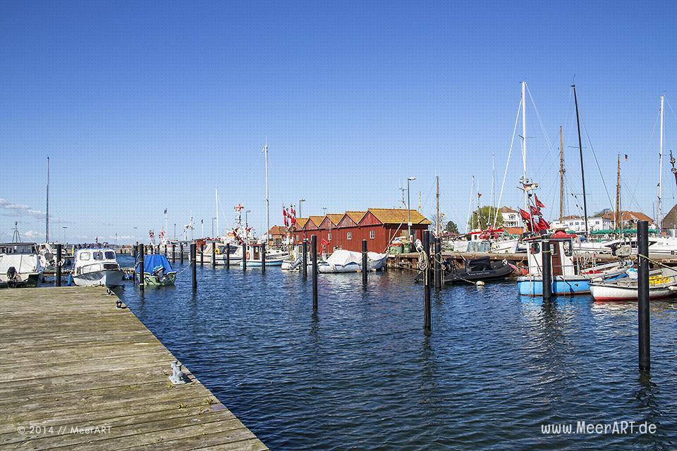 Fischekutter und Sportboote an ihren Liegeplätzen im Hafen von Laboe // Foto: MeerART