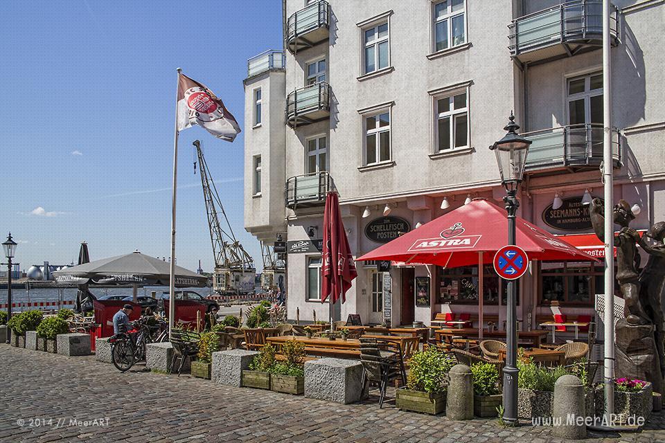 Gastronomie (Schellfischposten) beim Altonaer Fischmarkt im Hamburger Hafen // Foto: MeerART