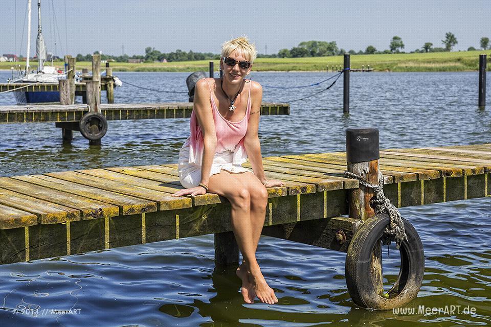 Claudia auf einem Steg in Arnis an der Schlei // Foto: MeerART