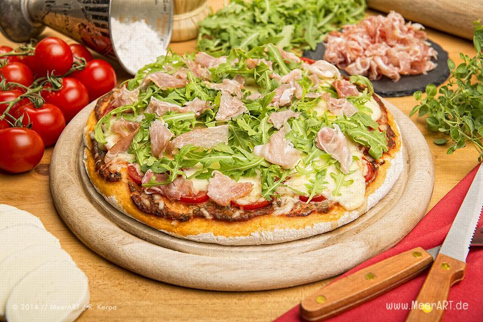 Rezept-Tipp: Pizza mit Rucola und Schinken // Foto: R. Kerpa