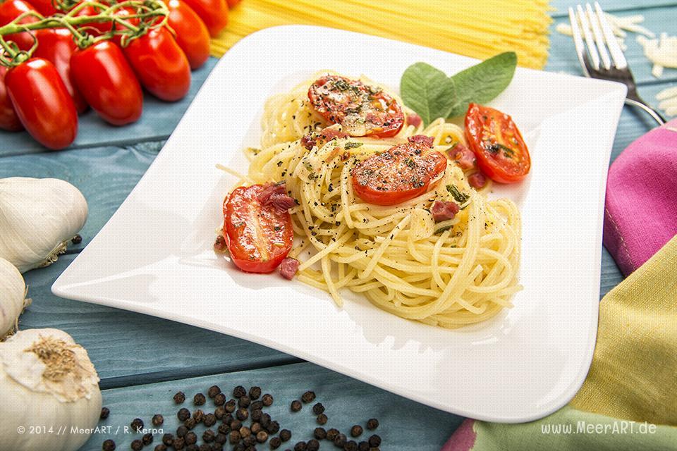 Spaghetti mit Tomaten und Speck // Foto: MeerART
